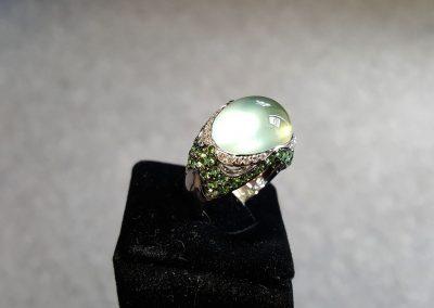 Bague-Or-Blanc-prehnite-cabochon-vert-tsavorites-et-diamants-2-400x284