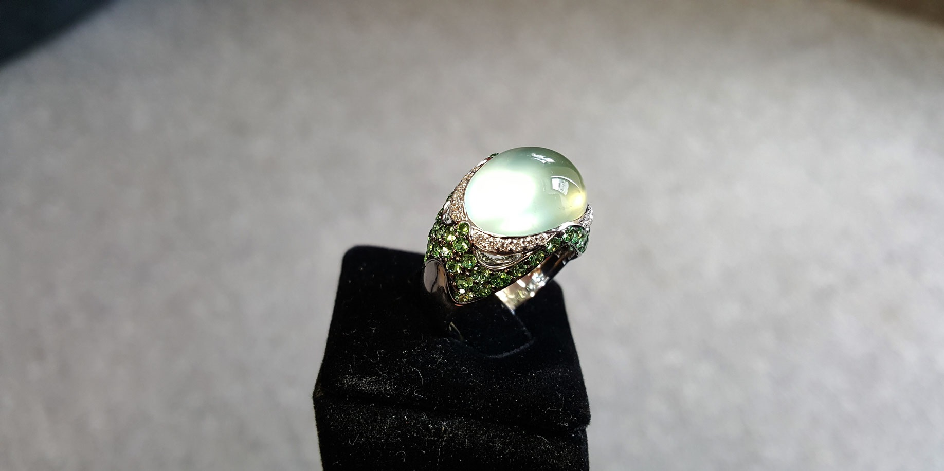Bague-Or-Blanc-prehnite-cabochon-vert-tsavorites-et-diamants-2