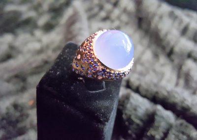 Bague-Or-rose-calcédoine-cabochon-saphirs-et-diamants-400x284