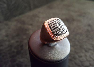 Bague-argent-rhodié-rose-pavé-zirconiums-noirs-et-blancs-2-400x284