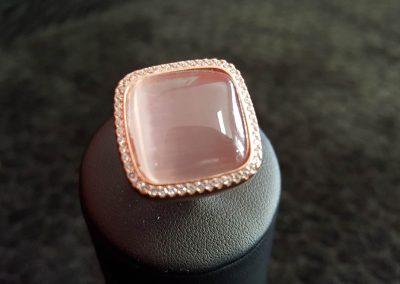 Bague-argent-rhodié-rose-zirconiums-blancs-et-zirconium-cobochon-rose-2-400x284