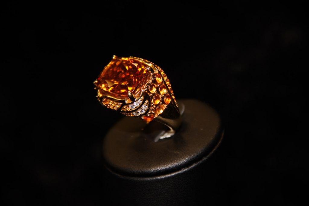 Bague-jonc-or-jaune-citrine-coussin-citrines-cabochons-et-diamants-1-1024x683