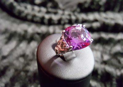 Bague-or-blanc-améthyste-coussin-et-diamants-400x284