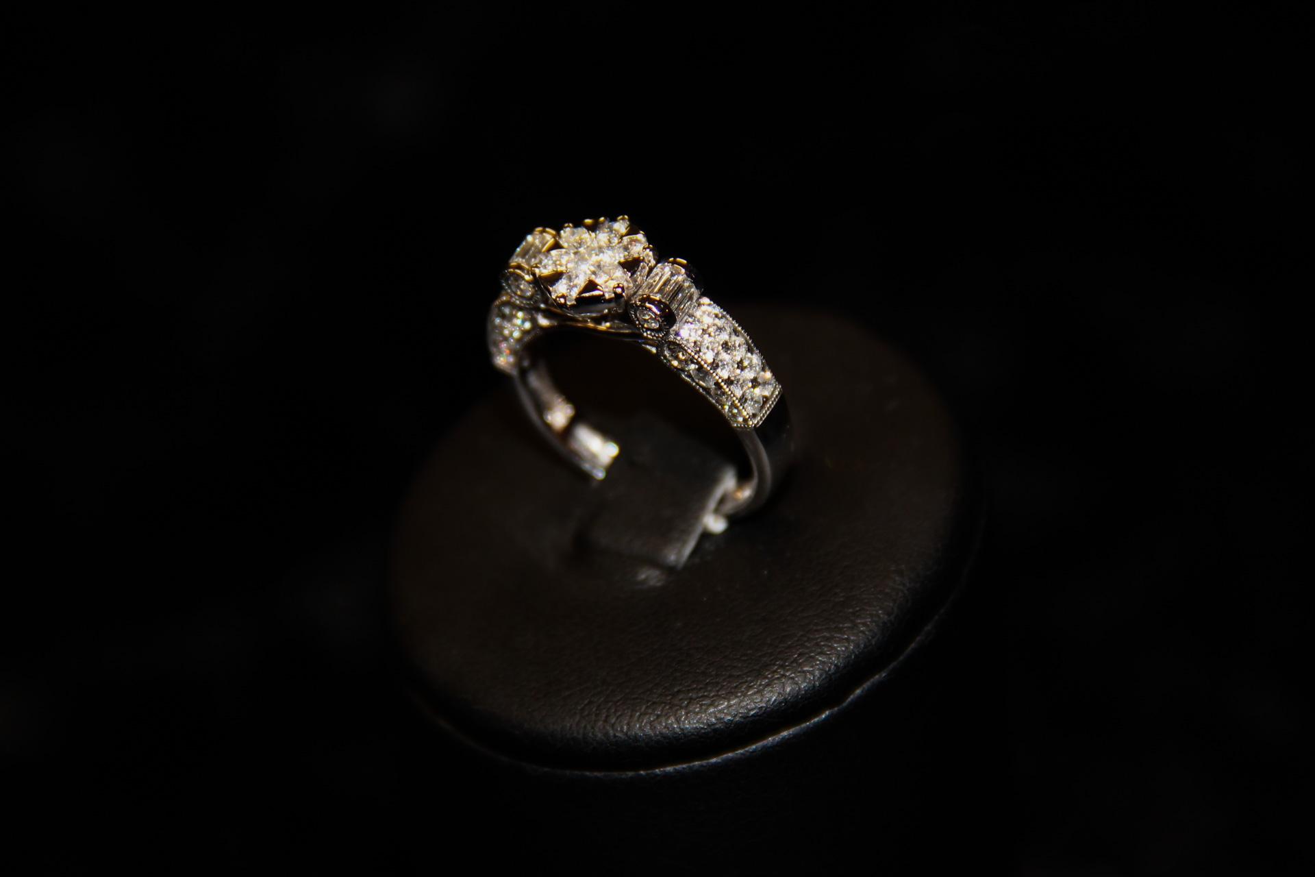 Bague-or-blanc-et-diamants-2