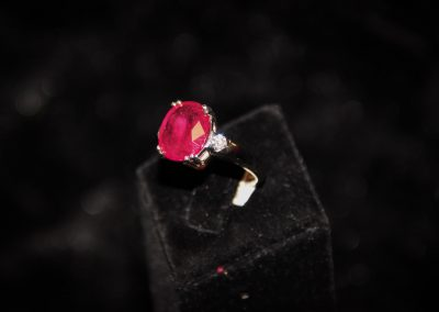 Bague-or-blanc-rubis-ovale-et-diamants-400x284