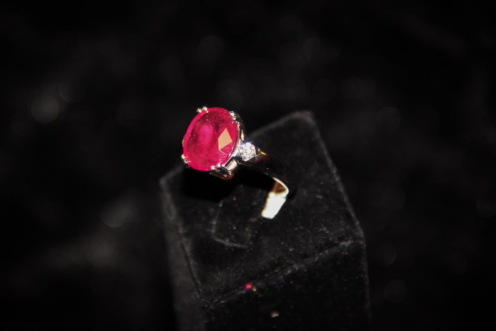 Bague-or-blanc-rubis-ovale-et-diamants