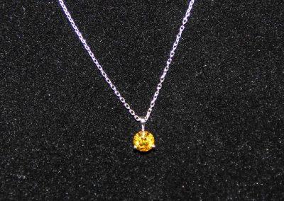 Pendentif-or-blanc-diamant-jaune-2-400x284