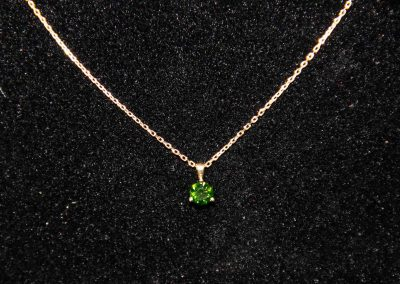 Pendentif-or-jaune-et-diamant-vert-400x284