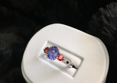 Bague-or-blanc-tanzanite-saphir-rouge-400x284