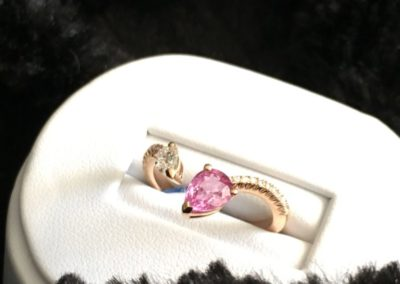 Bague-or-jaune-diamant-poire-saphir-rose-400x284