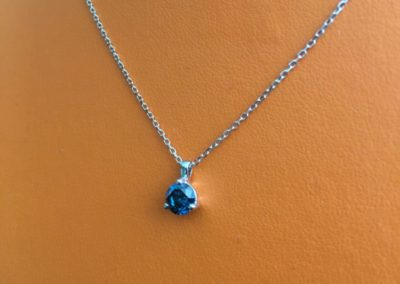 Collier-or-blanc-diamant-bleu-400x284