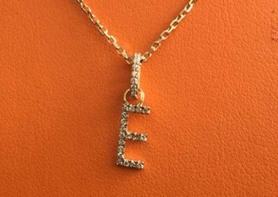 Collier-pendentif-lettre-or-jaune-diamants-1-400x284